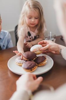 Mädchen, das einen donut pflückt