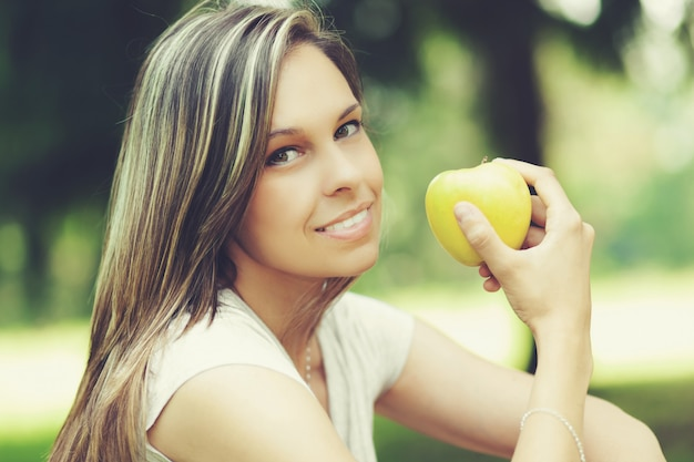 Mädchen, das einen gesunden apfelsnack isst