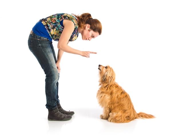 Mädchen, das einen hund ausbildet