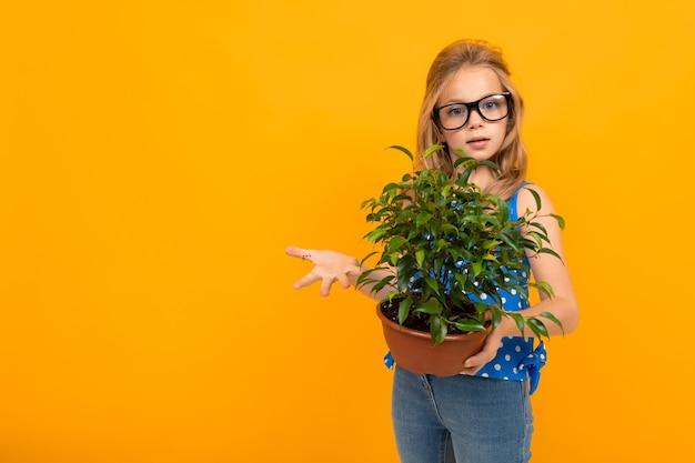 Mädchen, das einen topfpflanzenraum der topfpflanze hält
