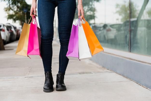 Mädchen, das einkaufstaschennahaufnahme hält