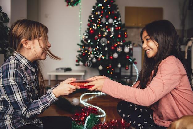 Mädchen, das geschenk für weihnachten empfängt