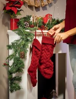 Mädchen, das geschenk in weihnachtsstrumpf einsetzt