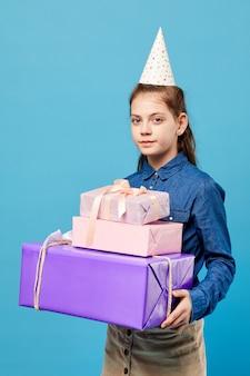 Mädchen, das geschenke hält