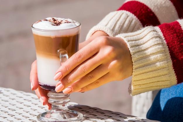 Mädchen, das glas kaffee trinkt