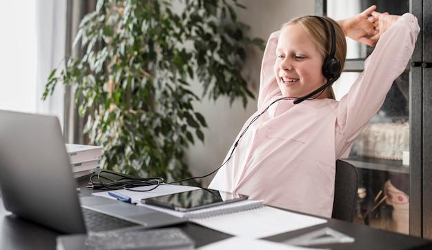 Mädchen, das glücklich ist, nachdem sie ihre online-klasse beendet hat