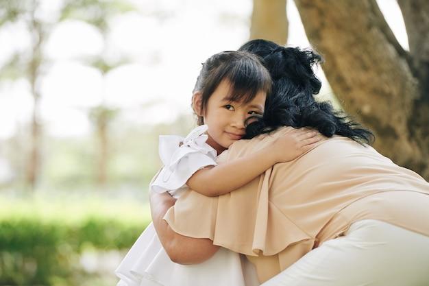 Mädchen, das großmutter umarmt