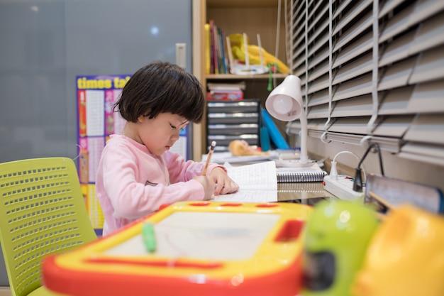 Mädchen, das hausaufgaben macht, kind, das papier schreibt, bildungskonzept, zurück zur schule
