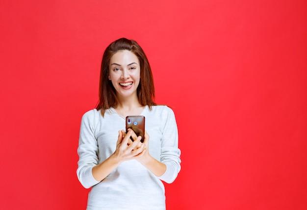 Mädchen, das ihr selfie macht oder einen videoanruf tätigt.