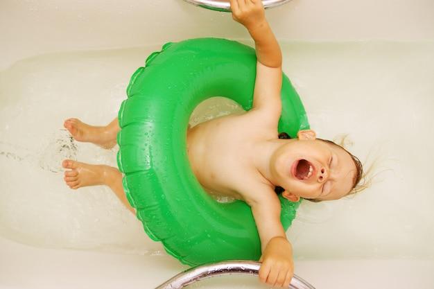 Mädchen, das im bad singt