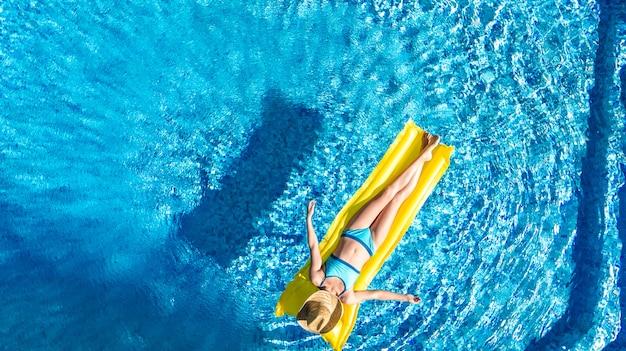 Mädchen, das im schwimmbad entspannt