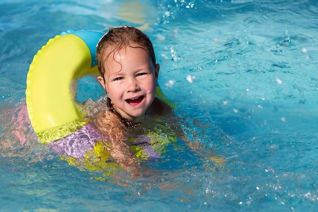 Mädchen, das im sommerbecken schwimmt