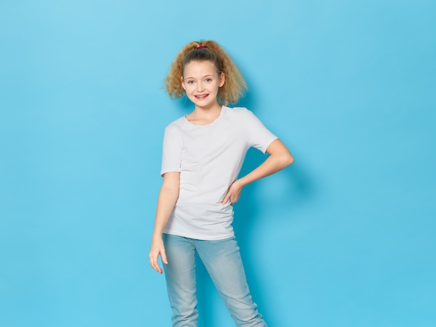 Mädchen, das im studioporträt aufwirft