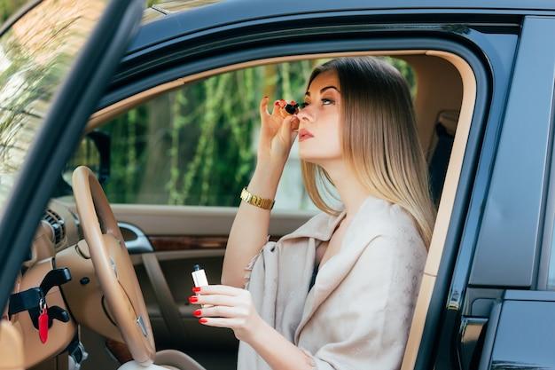 Mädchen, das in ein auto macht.