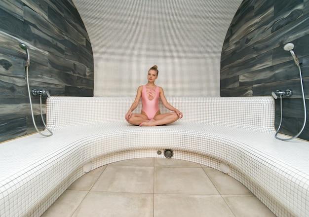 Mädchen, das in einem türkischen dampfbad sich entspannt
