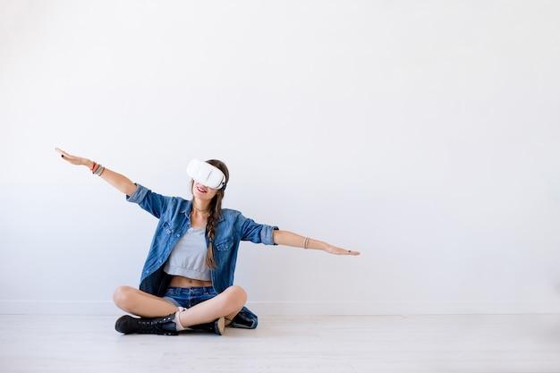 Mädchen, das in virtuelle realität mit vr-gläsern reist