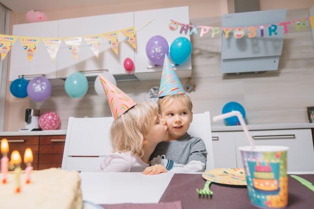 Mädchen, das jungen auf geburtstagsfeier küsst