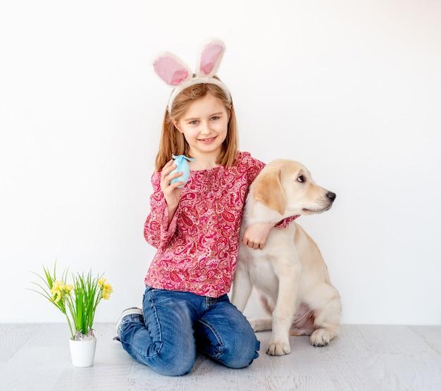 Mädchen, das jungen hund umarmt
