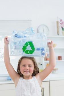 Mädchen, das kiste mit plastik auf ihrem kopf hält