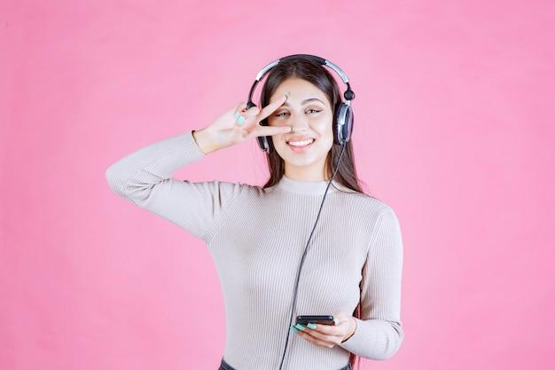 Mädchen, das kopfhörer trägt und die musik genießt