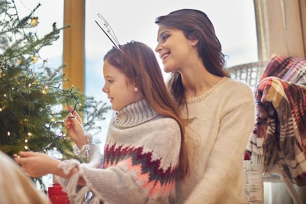 Mädchen, das mama beim dekorieren hilft