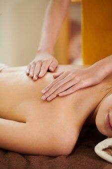 Mädchen, das massage im spa bekommt