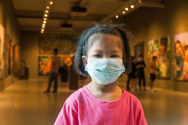 Mädchen, das medizinische maske auf reisen trägt