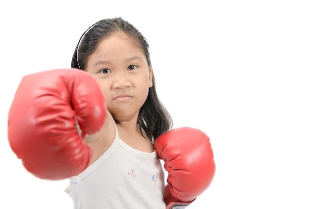 Mädchen, das mit den roten lokalisierten boxhandschuhen kämpft