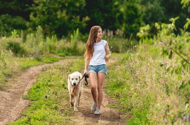 Mädchen, das mit hund auf natur läuft
