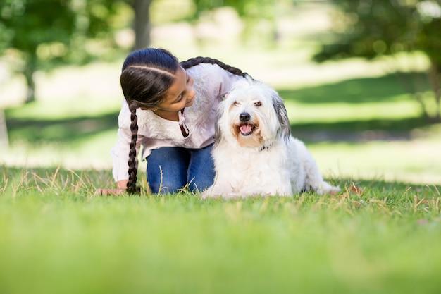 Mädchen, das mit ihrem haustierhund spielt
