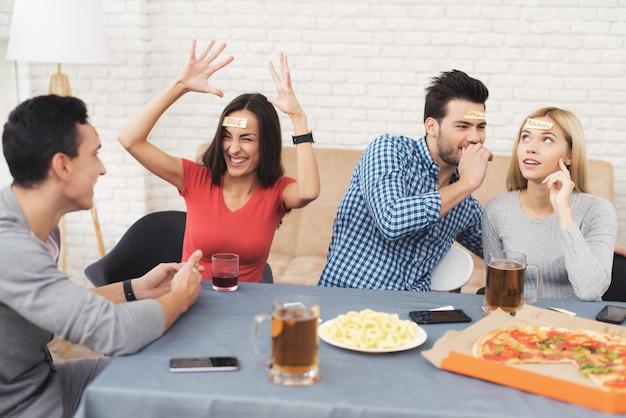 Mädchen, das mit ihren freunden im assoziationsspiel lacht