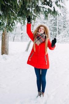Mädchen, das mit schnee im park spielt