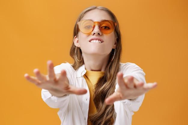 Mädchen, das mit verlangen in die kamera greift und es porträt eines gutaussehenden, stilvollen kaukasischen jungen ...