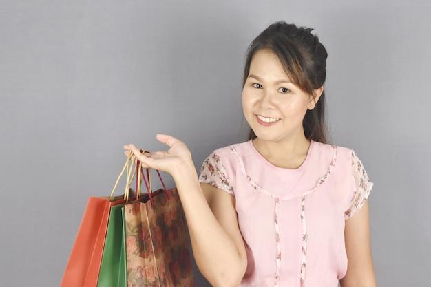 Mädchen, das modeeinkaufstasche hält