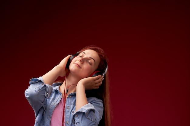 Mädchen, das musik in den kopfhörern hört