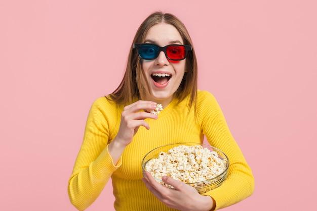 Mädchen, das popcorn isst