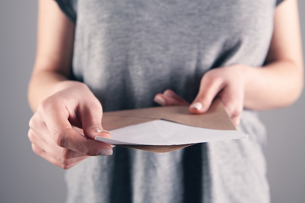 Mädchen, das postkorrespondenz in ihrer hand hält