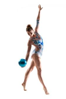 Mädchen, das rhythmische gymnastik mit ball tut