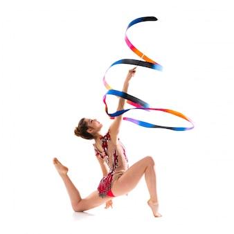 Mädchen, das rhythmische gymnastik mit band tut