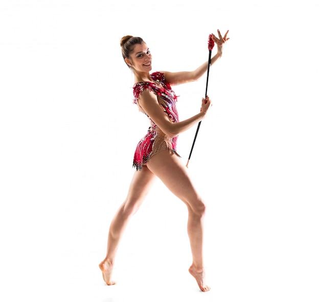 Mädchen, das rhythmische gymnastik mit keulen tut