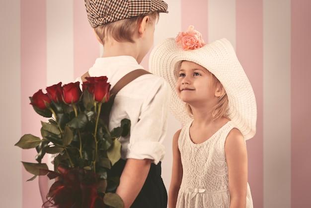 Mädchen, das rosen von ihrem freund erhält