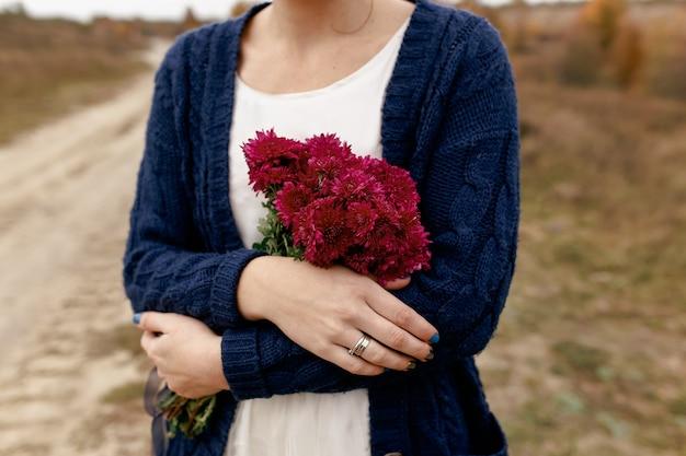 Mädchen, das rote pfingstrosen hält. geschenk vom freund. hochwertiges foto