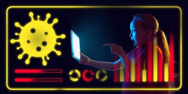 Mädchen, das schnittstelle als information der ausbreitung der coronavirus-pandemie verwendet