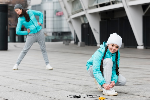 Mädchen, das schnürsenkel bindet