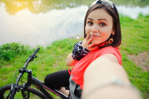 Mädchen, das selfie beim radfahren tut