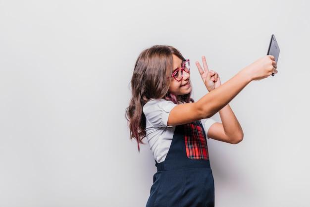 Mädchen, das selfie nimmt