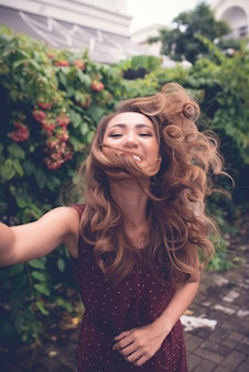 Mädchen, das selfies nimmt