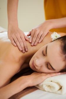 Mädchen, das sich während der massage entspannt