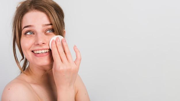 Mädchen, das sie make-up entfernt