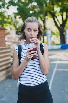 Mädchen, das smoothie trinkt